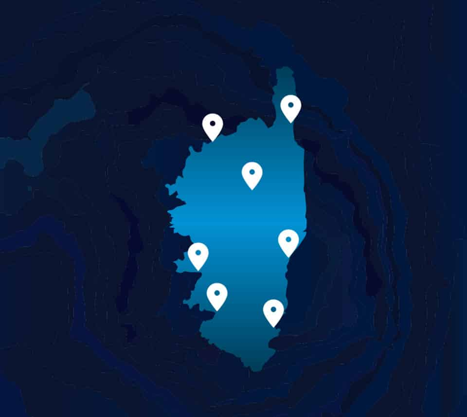 Carte de la corse sur fond bleu, indiquant les emplacements des agences AZ habitat.